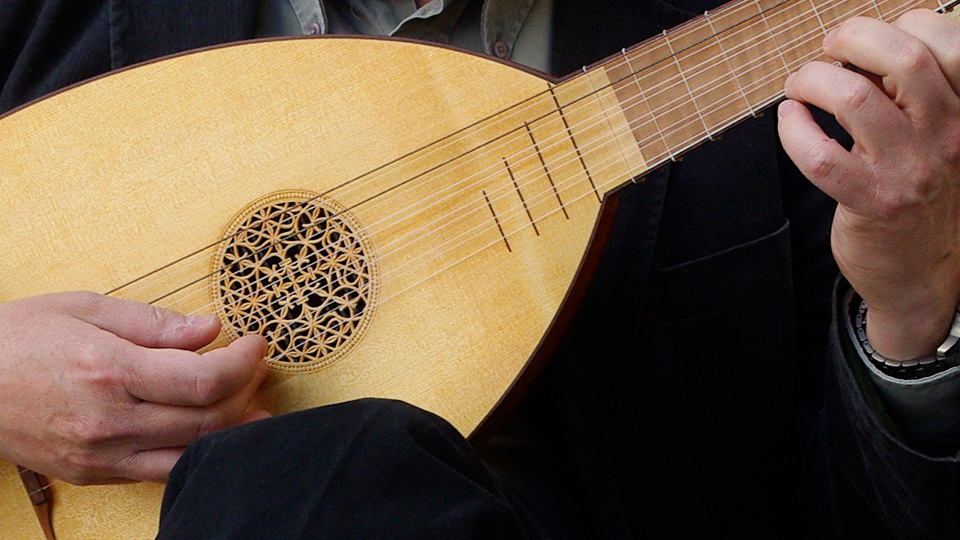 Peter Söderberg performing on the lute